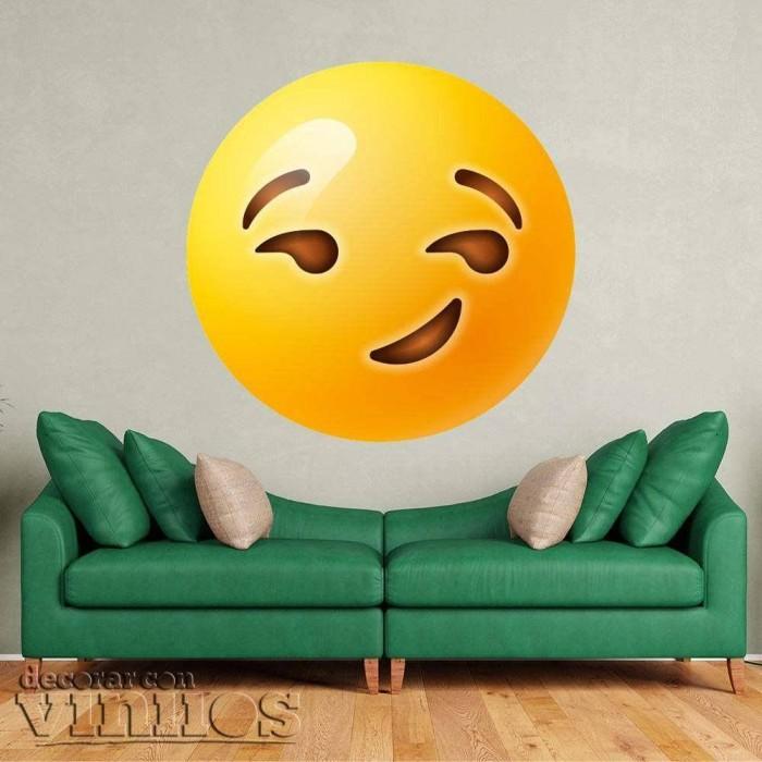 Emoticono contento con sonrisa maliciosa