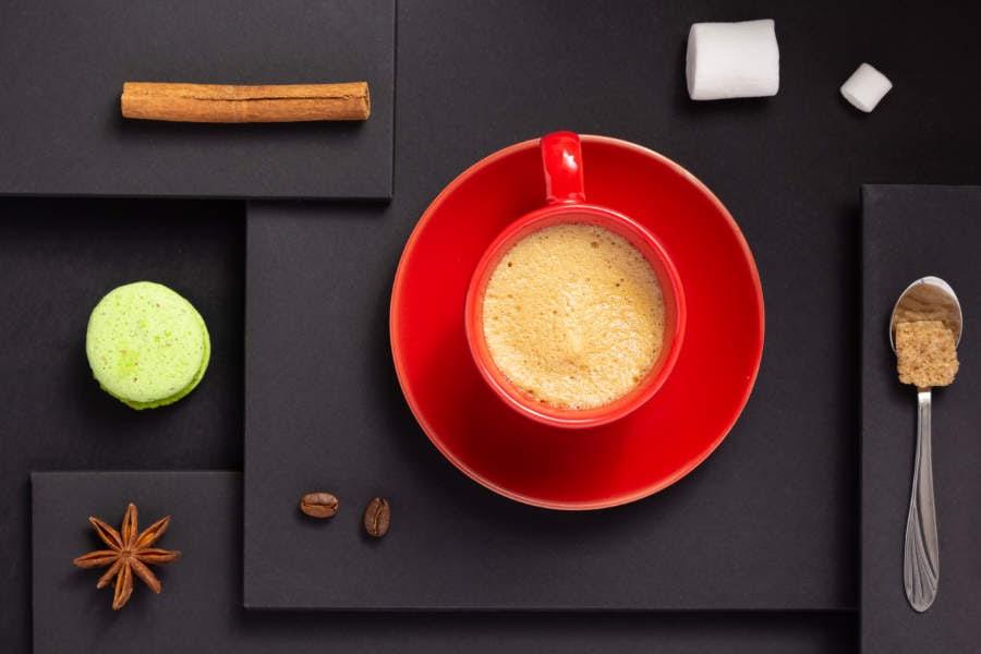 Fotomural - Taza de café roja con fondo negro
