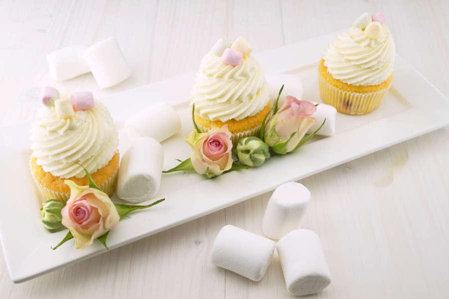Fotomural - Cupcakes blancos con rosas